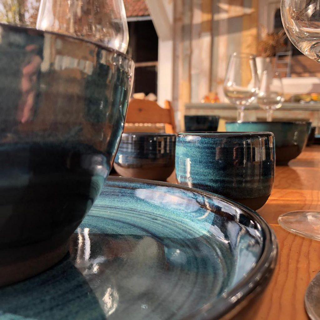 Close-up van een tafel met servies